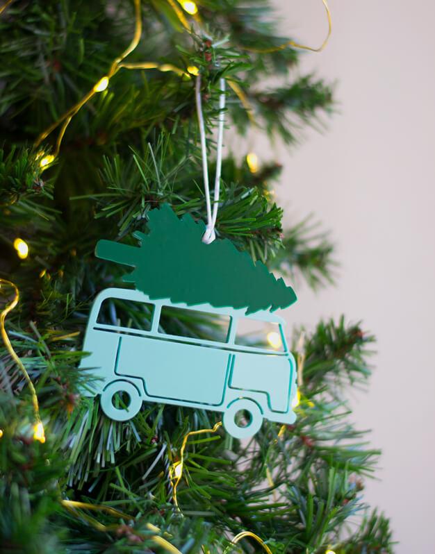 Adorno Furgoneta Árbol para decorar el árbol de Navidad. No te pierdas la colección de naviknots de knots made with love hecho en Madrid.