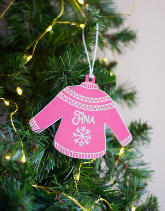 Adorno Navidad Personalizado Jersey Nombre. ¡Decora tu hogar con #naviknots, los adornos navideños que triunfan entre las celebrities! Knots made with love.