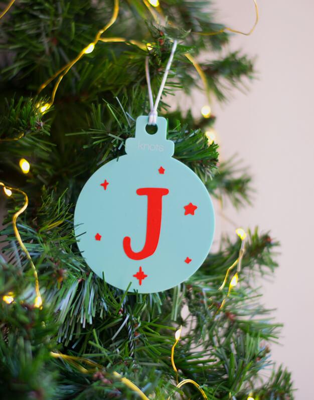 AdAdorno Navidad Personalizado con INICIAL BOLA Naviknots bicolor. ¡Decora tu hogar con #naviknots, los adornos navideños que triunfan entre las celebrities!