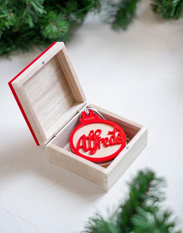 Caja para guardar los #naviknots de la familia de un año para otro, personalizada o no con los apellidos podrás conservarlos para el año siguiente.