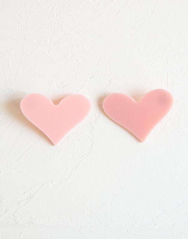 Big Heart Pendientes maxi corazón en colores de acrílico para tus outfits más amorosos. Descubre la selección pendientes Knots made with love aquí.
