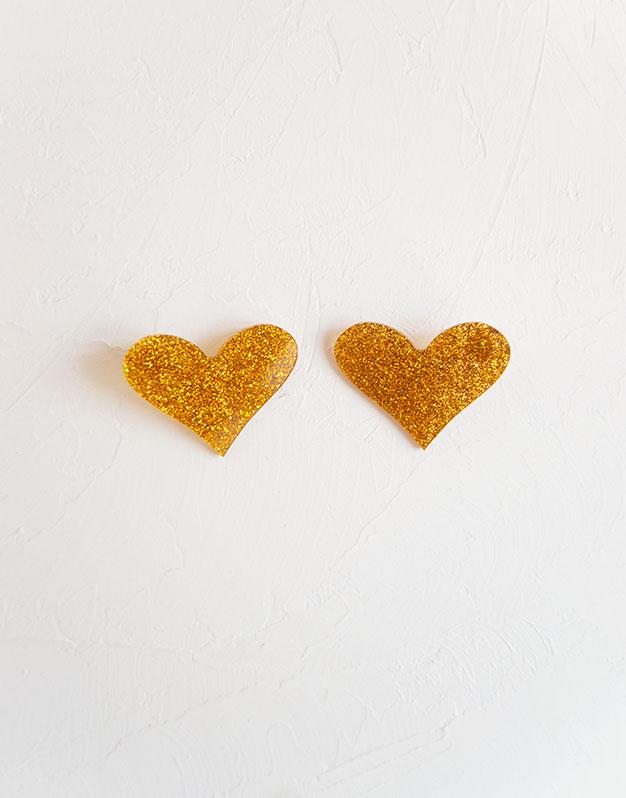 Little Heart Pendientes corazón pequeño en colores de acrílico para tus outfits más amorosos. Descubre la selección pendientes Knots made with love aquí.