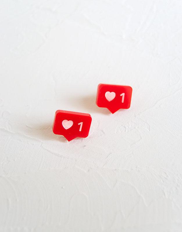 Tiny Like Pendientes corazón mini en colores de acrílico para tus outfits más amorosos. Descubre la selección pendientes Knots made with love aquí.