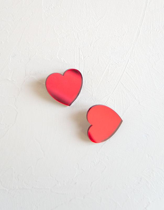 Heart Pendientes corazón pequeño en colores de acrílico para tus outfits más amorosos. Descubre la selección pendientes Knots made with love aquí.