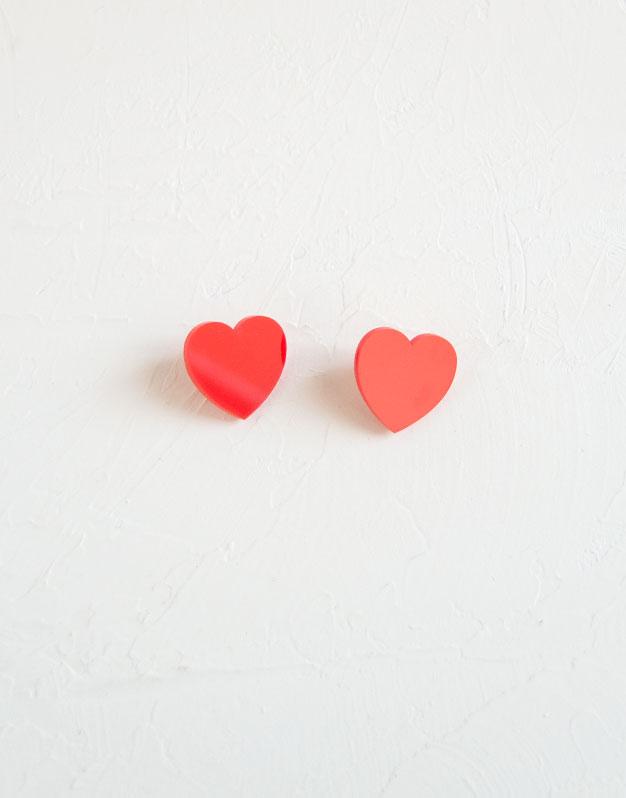 Tiny Heart Pendientes corazón mini en colores de acrílico para tus outfits más amorosos. Descubre la selección pendientes Knots made with love aquí.