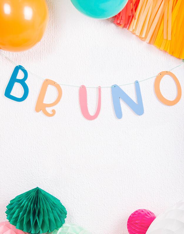 Mezcla y combina las letras que quieras para crear un mensaje especial, un nombre o una frase divertida. Fabricadas en madera de contrachapada se pueden almacenar, volver a enhebrar y reutilizar una y otra vez.