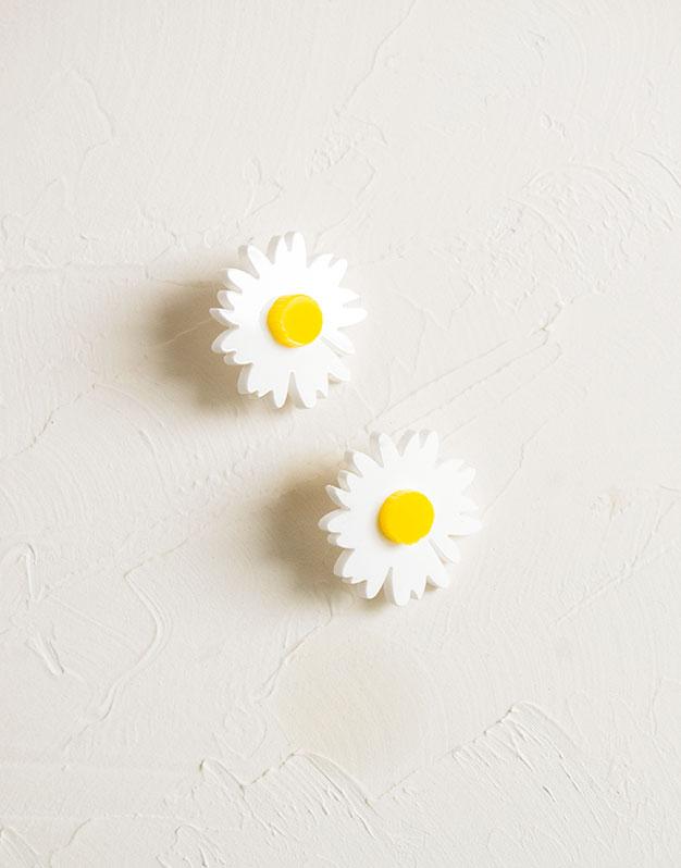 Margaritas pendientes primaverales para dar un toque alegre a tus outfits. Estos originales pendientes rojos tienen un diseño de margaritas de tamaño 2,5 cm x 2,5 cm.