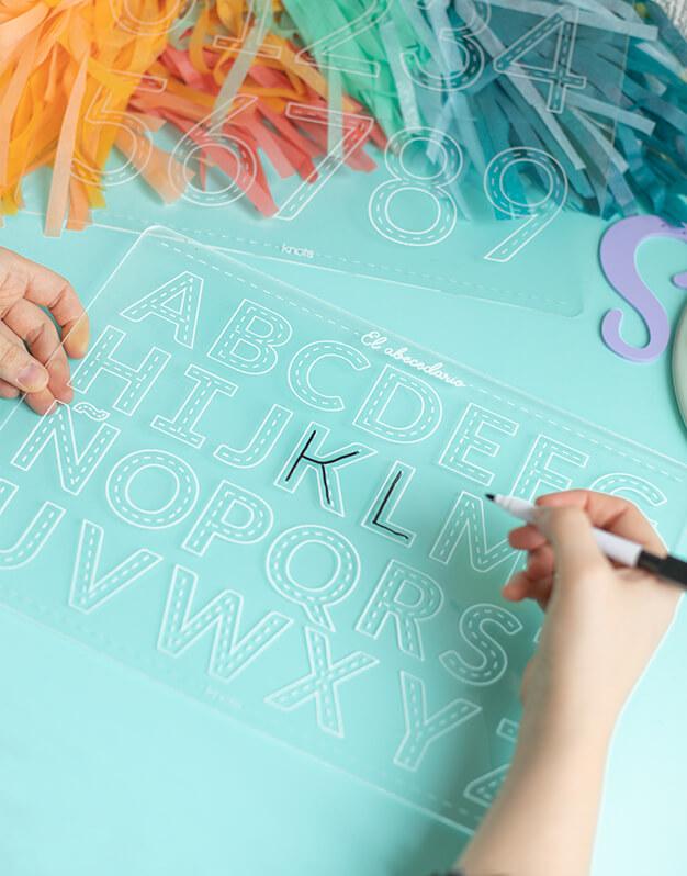Placa aprendizaje Abecedario diseñado para aprender a escribir las letras mayúsculas, incluye un rotulador para escribir y limpiar. ¡Perfecto para peques!