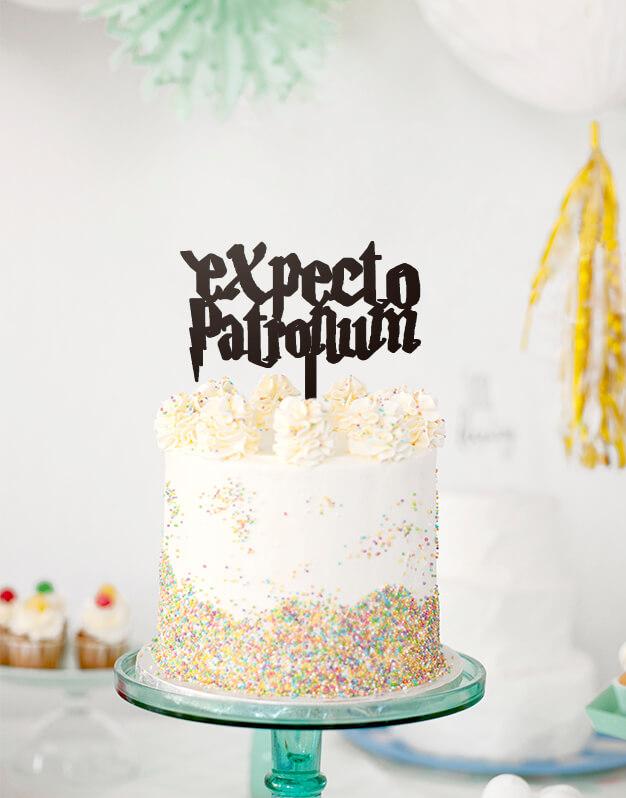 Expecto Patronumcake topper adorno para tarta es la propuesta perfecta para todas esas fiestas temáticas del mundo de Harry Potter. Ya sea Halloween, o una fiesta de disfraces siempre es una buena oportunidad para dar un toque mágico a tus fiestas.
