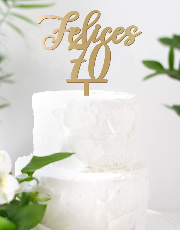 ¡Así sí que mola cumplir años! Hay edades que son muy especiales, por eso qué mejor manera de felicitar a alguien que con este cake topper personalizado.