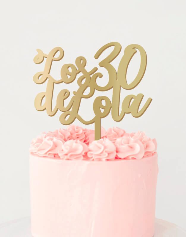 Hay edades que son muy especiales y que merece la pena recordar, por eso qué mejor manera que felicitar a alguien que con este cake topper personalizado para adornar las mejores tartas de cumpleaños. Cake topper personalizado doblemente personalizado con la edad del cumpleañero o cumpleañera y su nombre.