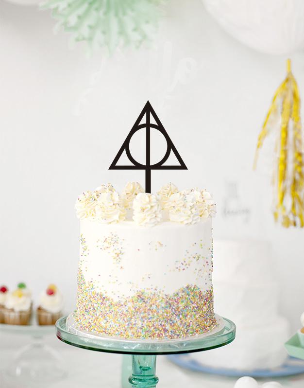 Este año decora tus dulces con el cake topper de la Fábula de los 3 Magos, si eres fan de Harry Potter ¡este es tu knots! Consíguelo aquí.