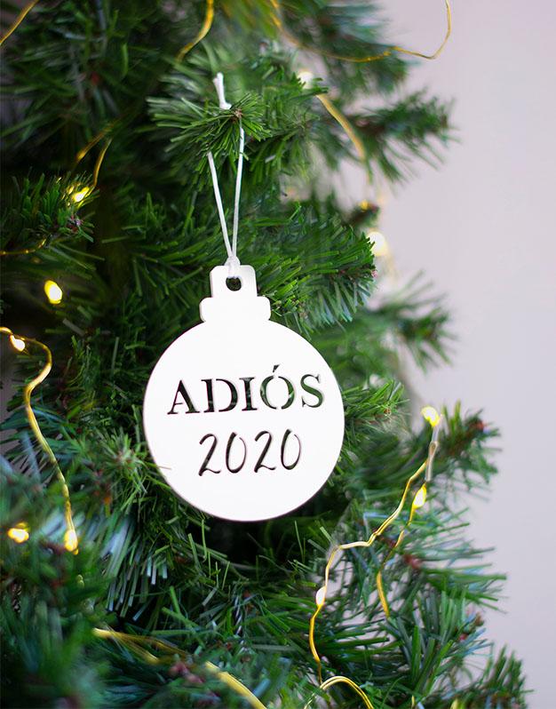 Adorno árbol Navidad Adios 2020 vete y no vuelvas. ¡Decora tu hogar con #naviknots, los adornos navideños que triunfan entre las celebrities!
