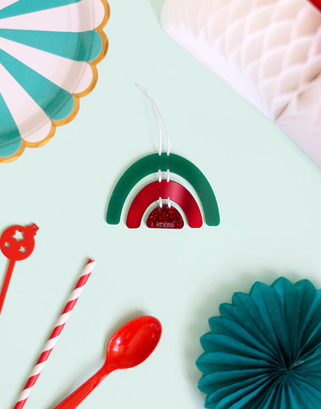 Arcoíris Adorno Navidad Elves en rojo personalízalo con el nombredecora tu árbol de navidad con este original navikntos. ¡Descubre más modelos!