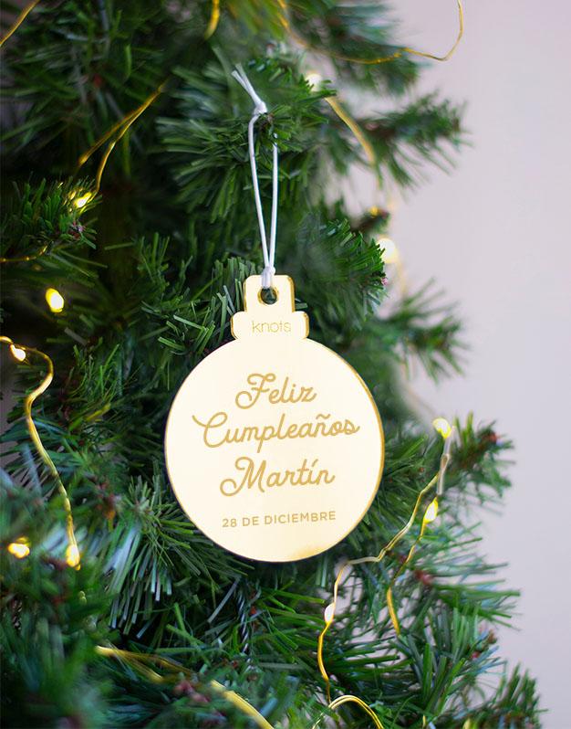 Adorno Navidad Personalizado Feliz Cumpleaños con Nombre. naviknots decora tu árbol de navidad con este adorno para regalar a todos nuestros seres queridos que cumplen años en estas fiestas