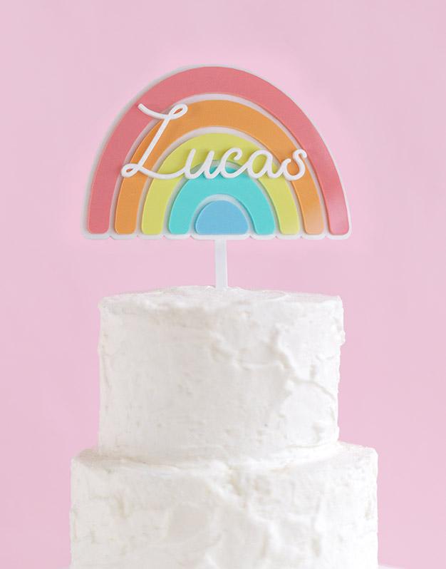 Cake topper Arcoíris colores personalizado nombre ideal para cumpleaños y celebraciones infantiles. ¿Eres fan de los arcoíris? Descúbrelo!