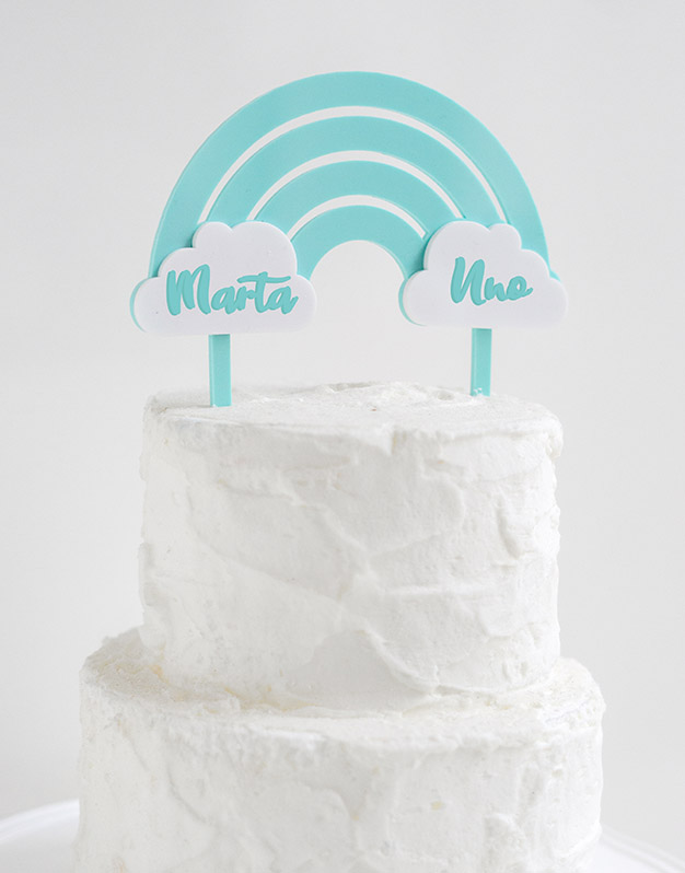 Cake topper Arcoíris color personalizado nombre y edad ideal para cumpleaños y celebraciones infantiles. ¿Eres fan de los arcoíris? Míralo!
