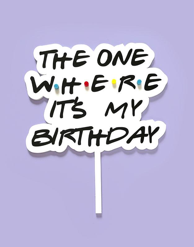 Cake topper The one where it's my birthday inspirado Friends para los amantes de las series en la ciudad de Nueva York. ¡Descúbrelo en Knots!
