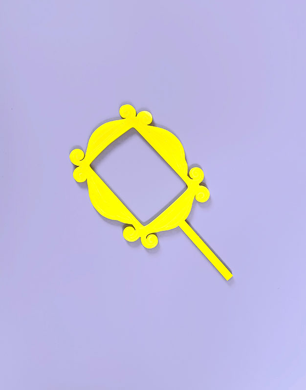 Cake topper marco mirlla amarillo inspirado Friends para los amantes de las series en la ciudad de Nueva York. ¡Descúbrelo en Knots!
