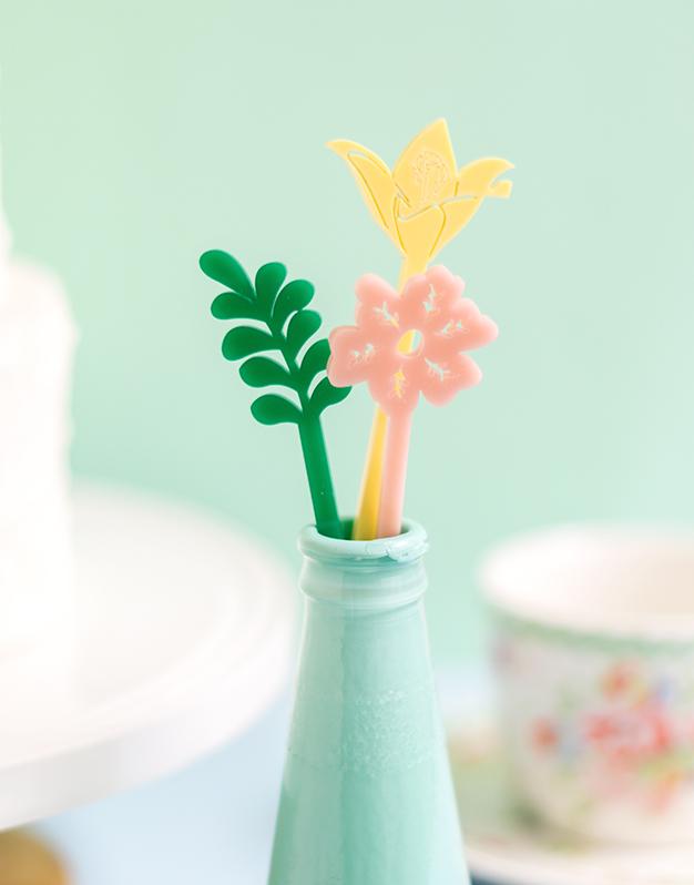 Set 6 Agitadores flores Primavera no te quedes sin tu colección de flores para decorar tus bebidas. a todo color ¡Descúbrelo aquí!
