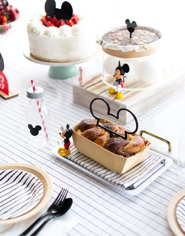 Cake topper media silueta ratón M. Mouse para coronar tartas en celebraciones temáticas del ratoncito más famoso del mundo.