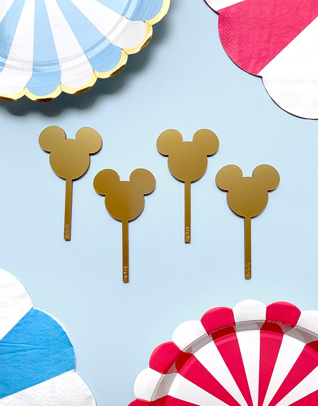 Mini toppers ratón M. Mouse para decorar los cupcake o comida de tu evento. El set incluye 6 unidades del color que tu elijas. Fabricado en acrílico de colores. Tiene un tamaño de 5 cm de ancho x 3 de alto más palito. Diseñados para mini cupcakes.